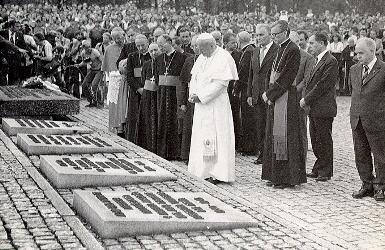 pope_entourage_auschwitz